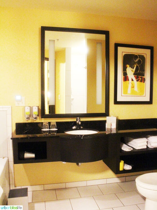 maxwell hotel seattle guest room bathroom